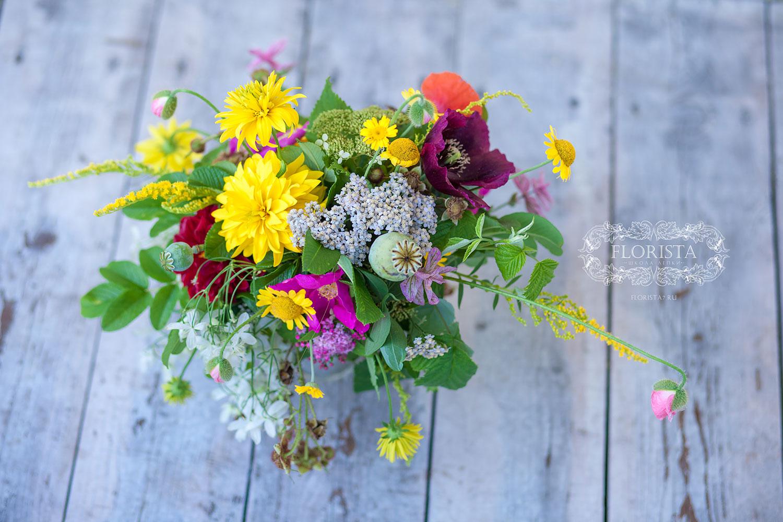 Садовые цветы в букете.